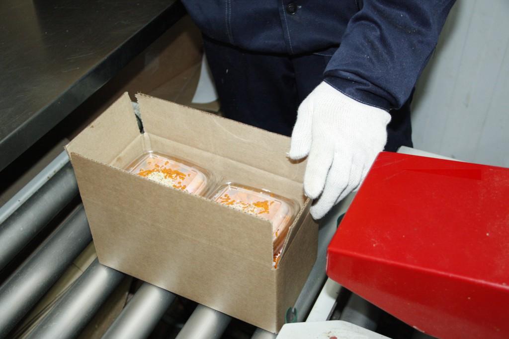 12. Укладчик раскладывает готовую продукцию в коробки