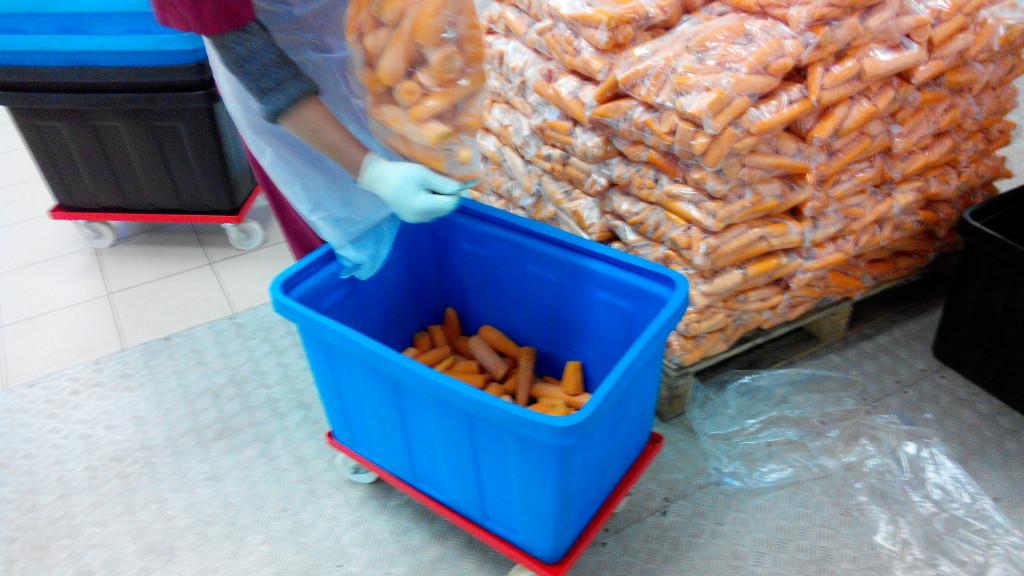 2. Перекладываем очищенную и подготовленную морковь в куб