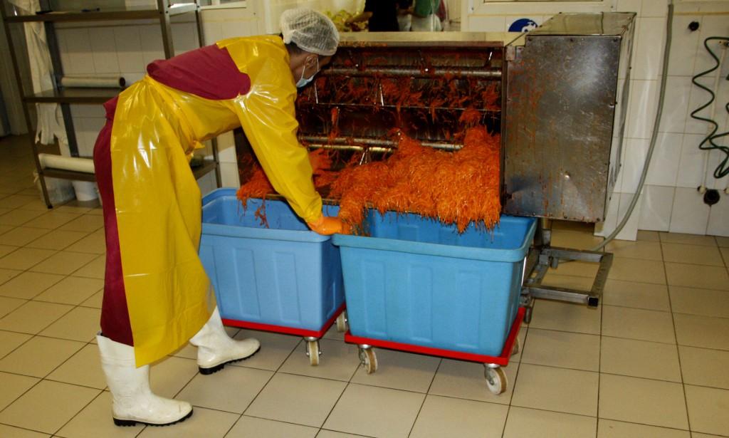 8. Готовая нарезанная морковь со специями и маслом перемещается в кубы